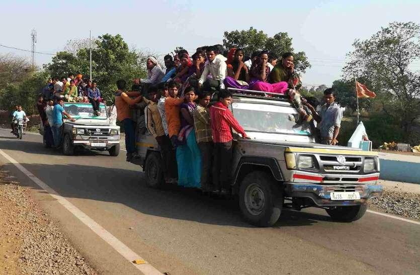 एक तरफ पुलिस पढ़ा रही यातायात का पाठ, दूसरी ओर उड़ रही नियमों की धज्जियां