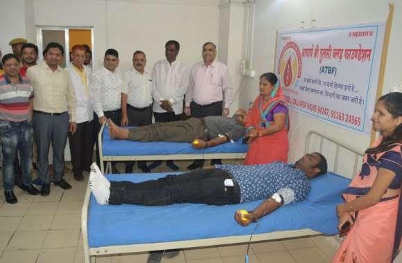 पतियों ने पत्नियों की लंंबी उम्र की कामना से कहा किया रक्तदान