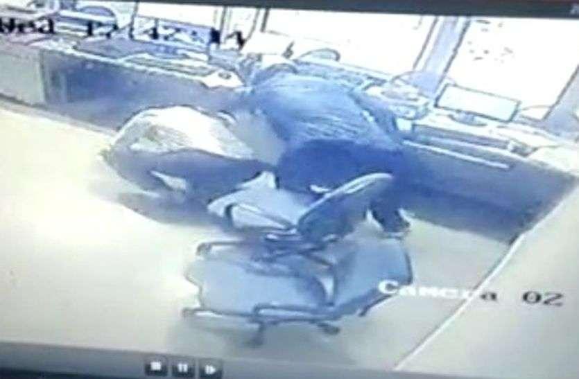 अलवर में यहां फाइनेंस कम्पनी के दफ्तर में घुसे हथियारबंद बदमाश, कर्मचारी को गिराकर किया लूट का प्रयास
