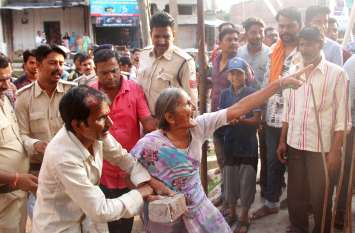 अतिक्रमण हटाने गया दल शिकायतकर्ता की कालर पकड़ी और पत्थर लेकर दौड़ी महिलाएं