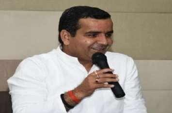अखिलेश यादव के चचेरे भाई धर्मेंद्र यादव ने योगी सरकार को उखाड़ फेकने का किया आवाहन, देखें वीडियो