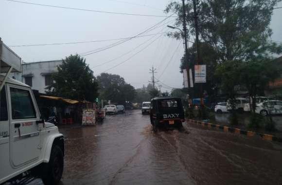 बेमौसम हुई झमाझम बारिश, फिजा में घुली ठंडक