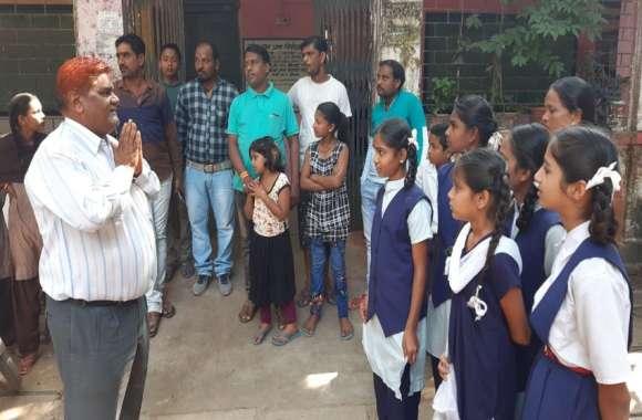 छात्राओं के साथ भद्दी बातें करता है यह टीचर, परिजनों ने किया हंगामा तो हाथ जोड़ मांगी माफी