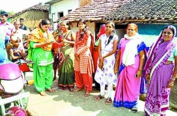 ग्रामीणों को ऑन-फार्म वाटर मैनेजमेंट योजना बताई