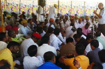 पंचायतों के पुनर्गठन में राजनीतिक विद्वैष का आरोप, भाजपा ने हनुमान चौराहा पर दिया धरना
