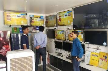 करोड़ों के सामान से सजा बाजार, ग्राहकों का इंतजार
