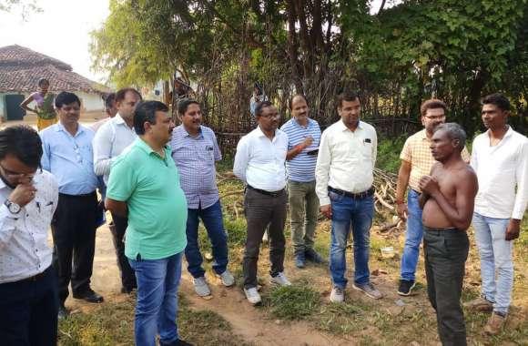 वनाधिकार पट्टों के दावों के पुर्नपरीक्षण के लिए कलेक्टर ने किया उमरिया ग्राम का भ्रमण