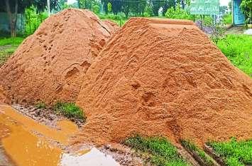 शासन ने रायल्टी पर्ची जारी नहीं की फिर भी नदी से रेत खनन और परिवहन हो रहा