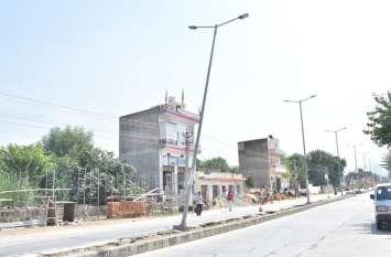 वाहनों ने उदयपुरवाटी नगरपालिका की लाखों रुपए की रोड लाइट तोड़ी