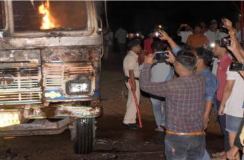 दर्जन भर गायों को रोंदता हुआ निकल गया ट्रक, गुस्साई भीड़ ने किया ये हाल, 50 लोगों पर कैस दर्ज