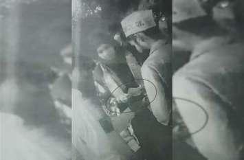 भाजपा उम्मीदवार की जनसभा में बांटे गए नोट, वीडियो वायरल
