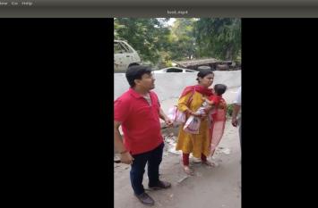 VIDEO: थाने के बाहर खड़ी महिला के पास आए दो बदमाश और फिर जो हुआ