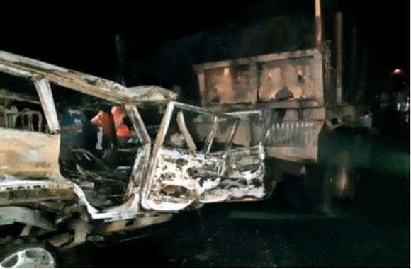 खड़े ट्रक में घुसी जीप, लगी आग, चालक की मौत, दो अन्य घायल