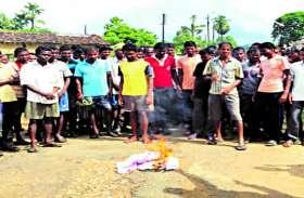 माओवादियों के चुनाव बहिष्कार के बैनर की ग्रामीणों ने जलाई होली