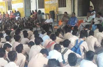 पुलिस पाठशाला में विद्यार्थियों को यातायात नियमों की जानकारी दे किया जागरूक