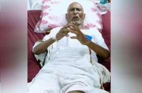 अजब-गजब: सैर पर निकले 110 साल के बुजुर्ग को सांड़ ने मारी टक्कर, अस्पताल पहुंचने पर रिपोर्ट देख डॉक्टर भी हैरान