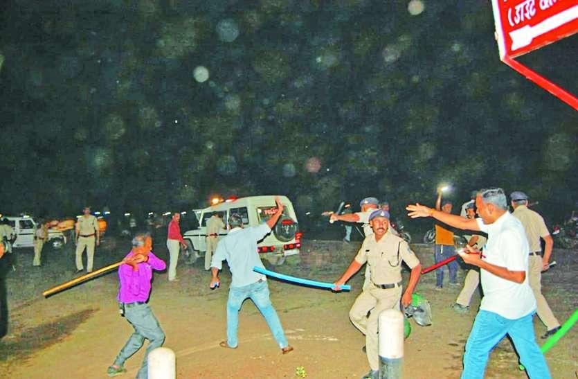 गायों को रौंदने वाले ट्रक को भीड़ ने जलाया, पथराव के बीच पुलिस ने चलाई लाठियां