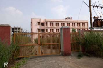 विद्यार्थिंयों के लिए सालभर पहले दो करोड़ रुपये की लागत से बना 120 सीटर का छात्रावास, अब हो रहा खंडहर