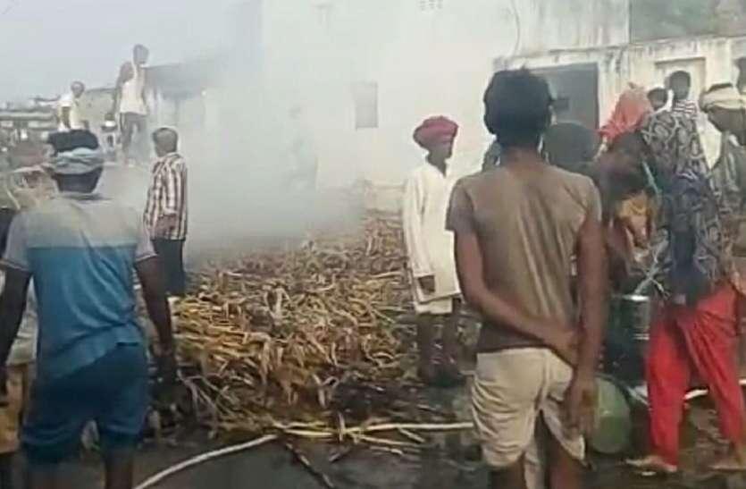 ट्रैक्टर-ट्रॉली बिजली केबल के छू जाने से मक्का की फसल जलकर राख