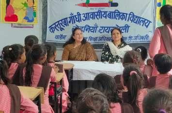 योगी सरकार के दो आईएएस अधिकारियों ने कस्तूरबा गांधी आवासीय बालिका स्कूल की छात्राओं को गुरु बनकर दी यह बड़ी शिक्षा, सभी अधिकारी देखते रहे गये