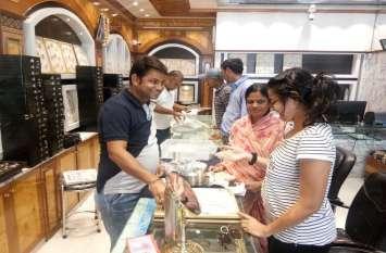दीपावली से पहले बाजार में छा गई सोने-चांदी की चमक दमक