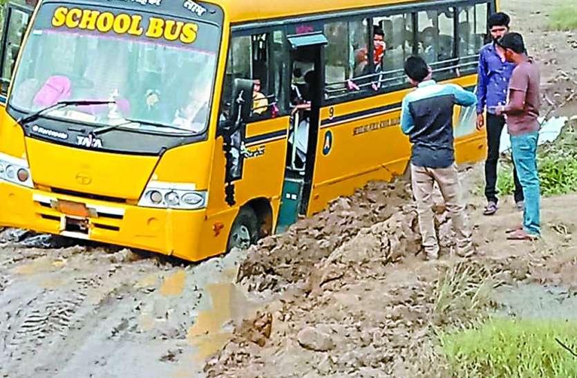 विभाग का दावा सब जगह सुधार दी सड़क और पुलिया, हकीकत में सैकड़ों गड्ढे अभी भी दे रहे जख्म