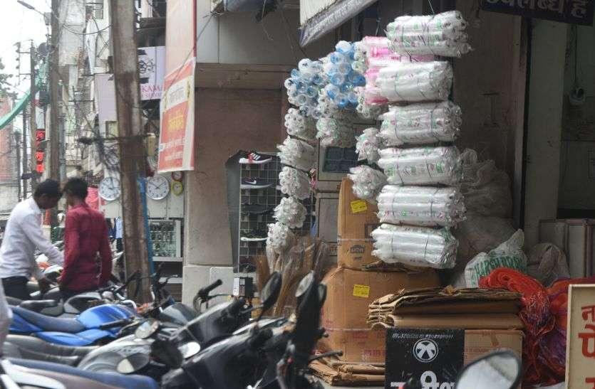 ये कैसा प्रतिबंध: शहर में धड़ल्ले से हो रहा सिंगल यूज प्लास्टिक का उपयोग