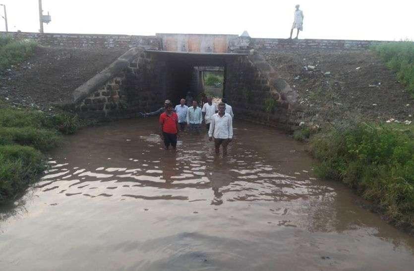 VIDEO रेलवे ने पांच गांव के ग्रामीणों के आने जाने का रास्ता किया बंद