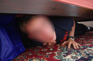बेड के नीचे छुपा हुआ था वो, पति ने देख लिया तो पत्नी ने सुनाई बेबसी की दास्तान