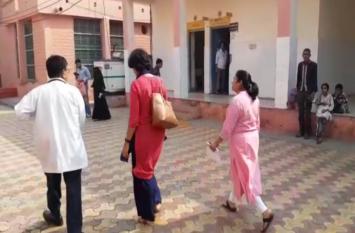 अचानक अस्पताल पहुंची यह 'दो महिलाएं' तो कुर्सी छोड़कर खड़े हो गये लोग, स्टाफ में शुरू हुई चर्चा- देखें वीडियाे
