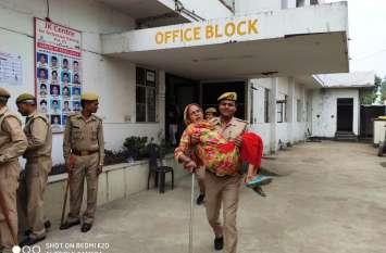 Govind Nagar By Poll Live :  सिपाही ने महिला को गोद में उठाकर डलवाया वोट, खुद के पैसे से रिक्शे के जरिए भिजवाया घर