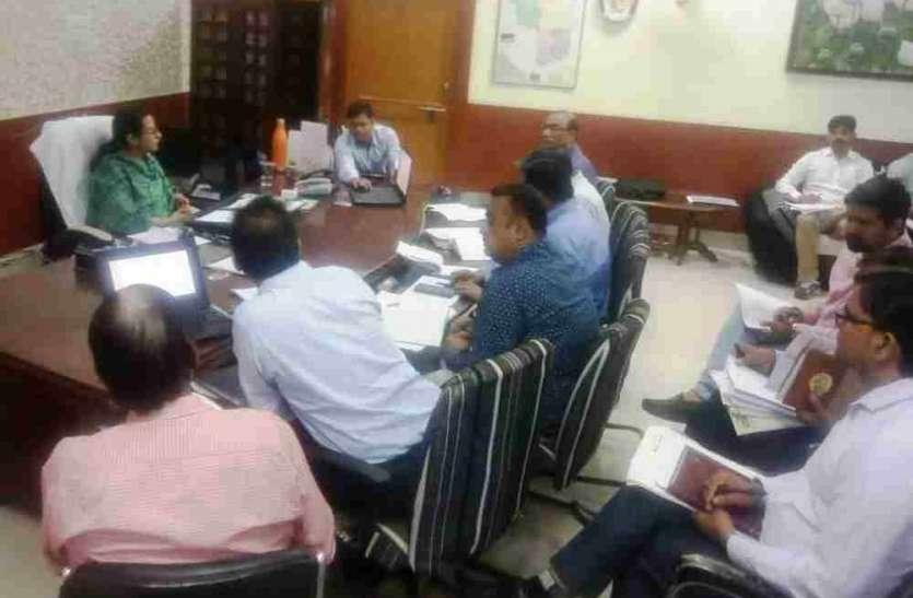 जल शक्ति अभियान पर ध्यान दें अधिकारी,जिला कलक्टर ने अधिकारियों की बैठक लेकर की कार्यों की समीक्षा