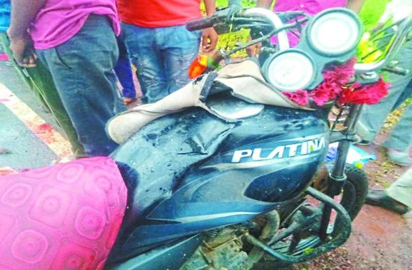 दिवाली की शॉपिंग करके लौट रहे युवकों की बाइक मोड़ पर टकराई, एक की मौत, दो गंभीर रूप से घायल