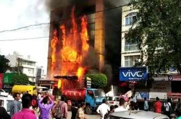 Fire Live Video Indore/इंदौर की होटल में भयानक आग,  दो लोगों को पास की मल्टी से बाहर निकाला