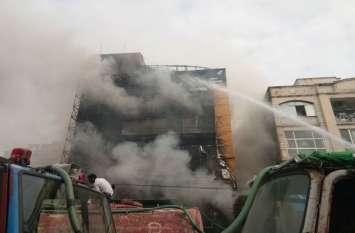 VIDEO STORY : इंदौर की होटल में भीषण आग, दो लोगों को पास की मल्टी से बाहर निकाला