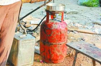 जिम्मेदारों की अनदेखी से घरेलू गैस सिलेंडर का दुरुपयोग