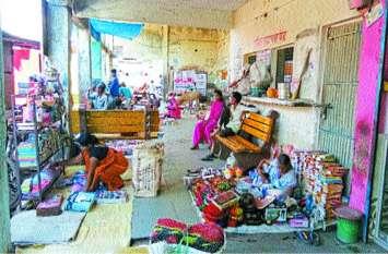 प्रतीक्षालय में बैठने नहीं जगह, चाय-पान के टपरे और मनहारी की दुकानों का कब्जा