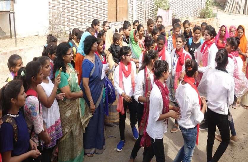 छात्राओं ने नुक्कड़ नाटक की प्रस्तुति देकर किया जागरूक