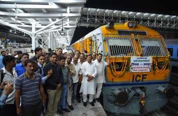 जयपुर-सीकर ट्रैक  पर पौने तीन साल बाद चली  ट्रेन, देखने के लिए उमड़े लोग