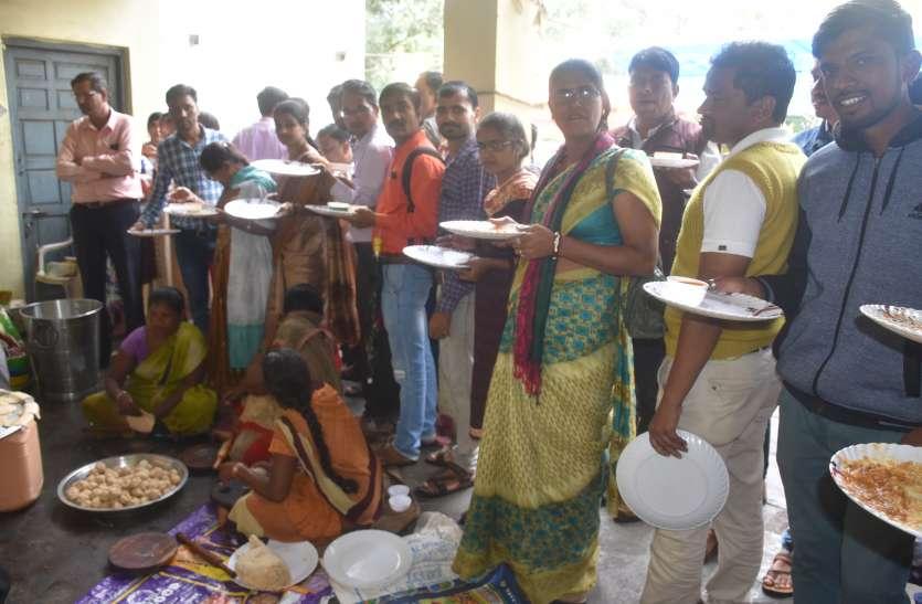 education: प्लेट लेकर खड़े रहे शिक्षक फिर भी नहीं मिला खाना, जानें वजह