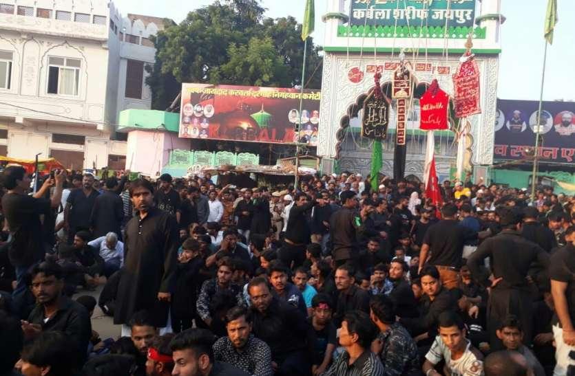इमाम हुसैन का चालीसवां: इमाम बारगाह में मजलिस के बाद शिया समुदाय ने किया जंजीरी मातम