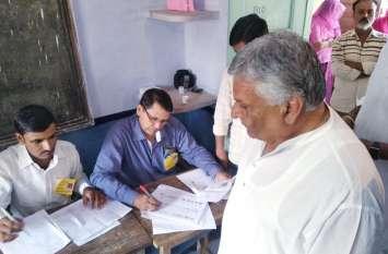कांगे्रस प्रत्याशी हरेन्द्र मिर्धा ने यहां  डाला अपना वोट