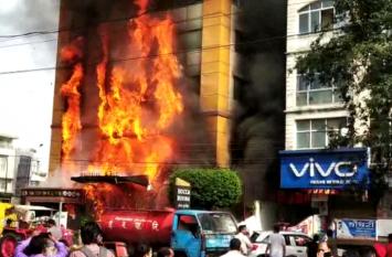 मध्यप्रदेश इंदौर के गोल्डन गेट होटल में भीषण आग, रेस्क्यू टीम से फंसे लोगों को बचाया गया