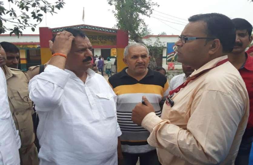 Ghosi ByPoll घोसी में EVM मशीन खराब, सपा समर्थित उम्मीदवार ने किया हंगामा