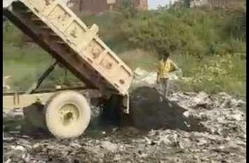 कुछ तो करो हाकम! फैक्ट्री वाले पहले केमिकल के पानी से नाले को कर रहे थे खराब अब मिट्टी उंड़ेल रहे हाइवे पर