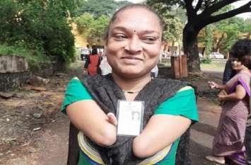 Maharastra Voting : महाराष्ट्र विधानसभा चुनाव : दोनों हाथ नहीं, पर वोट देने से नहीं चूकी सुरेखा