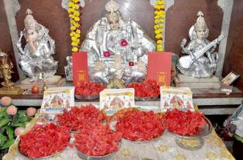 महालक्ष्मी के भक्तों की आस्था, मंदिर पर बंटे कुबेर पोटली