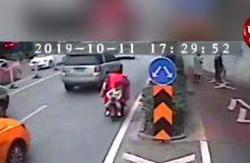 Video: तेज रफ्तार गाड़ी में अचानक लग गई आग, पास से गुजर रहे ड्राइवरों ने फिर किया हैरान कर देनेवाला कारनामा