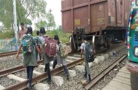 शाजापुर में मासूम ऐसे खतरा उठाकर जा रहे स्कूल