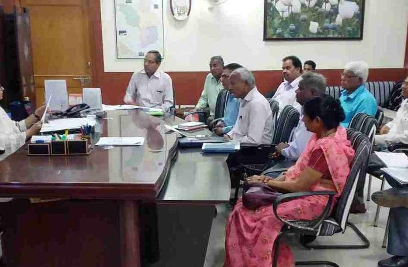 जिला कलक्टर ने ली राजस्व अधिकारियों की बैठक